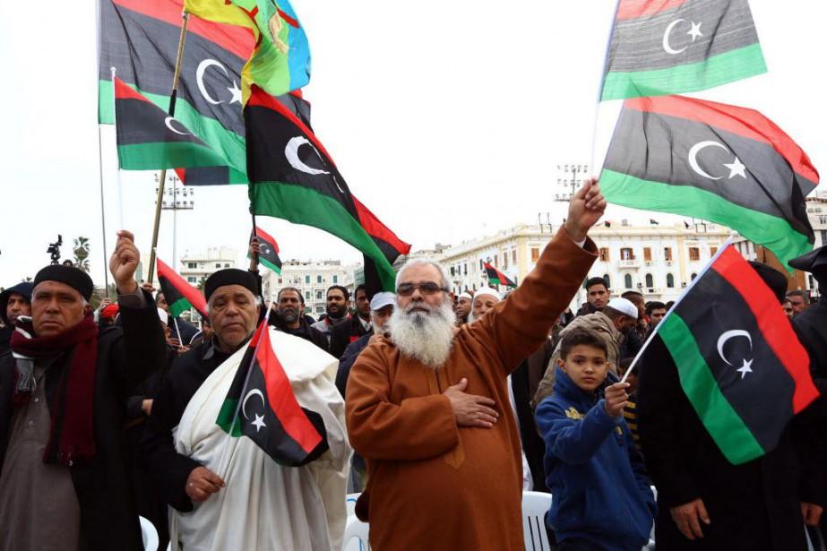 Des manifestants protestent contre les frappes égyptiennes menées... (PHOTO MAHMUD TURKIA, AFP)