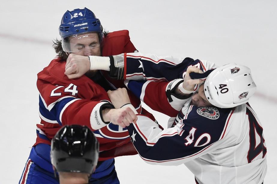 Le défenseur du Canadien Jarred Tinordi reçoit une droite de l'attaquant Jared Boll. (PHOTO BERNARD BRAULT, LA PRESSE)