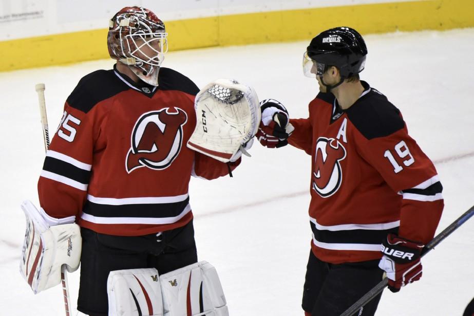 Cory Schneider célèbre la victoire avec son coéquipier... (Photo Bill Kostroun, AP)