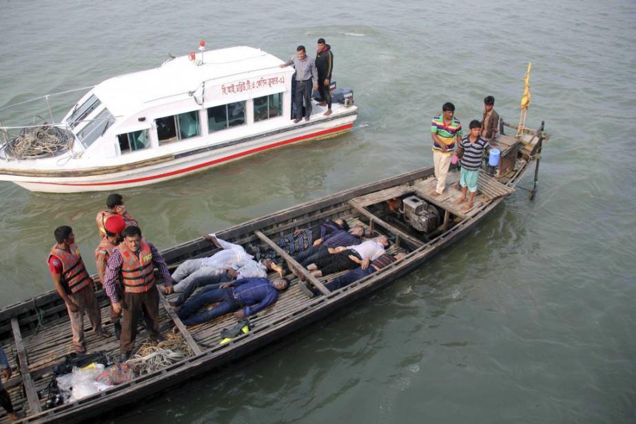 Le traversier a rapidement été submergé sous six... (PHOTO AFP)