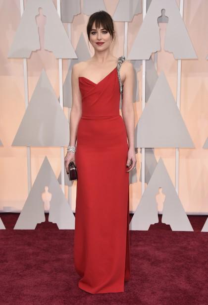 La vedette de <em>50 Shades of Grey</em>, Dakota Johnson, a aussi choisi une tenue d'Yves Saint Laurent. Son look aurait pu être plus réussi avec une coiffure moins négligée. (Photo AP)