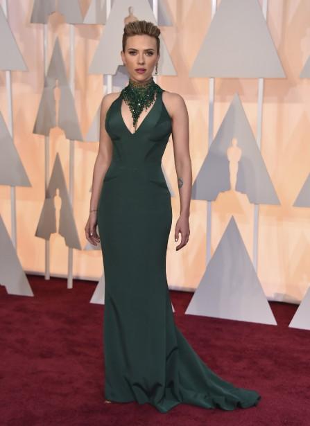 Scarlett Johansson a jeté son dévolu sur le vert, une des couleurs phares du printemps. L'actrice est bien sexy dans cette tenue d'Atelier Versace. (Photo AP)