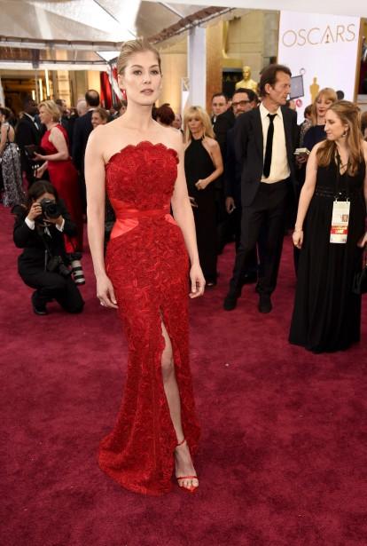 La longue robe rouge Givenchy épouse parfaitement les formes de Rosamund Pike, qui a donné naissance à son deuxième enfant en décembre dernier. (Photo AP)
