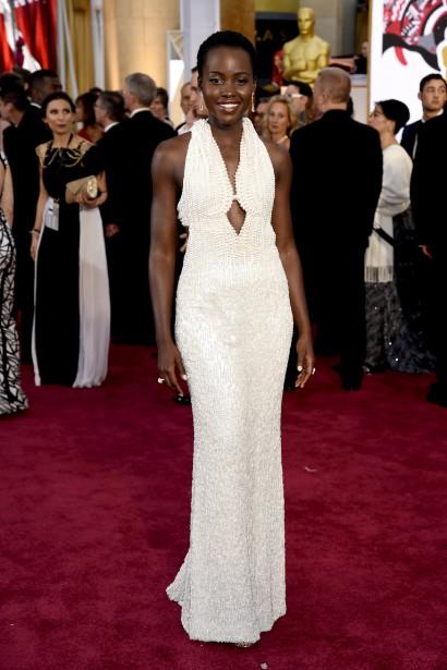 6000 perles ornent cette robe blanche de Calvin Klein. Lupita Nyong'o avait une des tenues les plus réussies de la soirée. ()