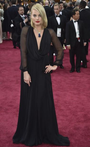 Margot Robbie est magnifique dans cette robe noire au décolleté plongeant d'Yves Saint Laurent, qui est d'ailleurs très bien agencée au collier. ()
