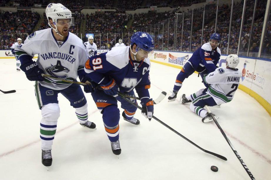 John Tavares et Henrik Sedin se disptent la... (Brad Penner, USA Today Sports)