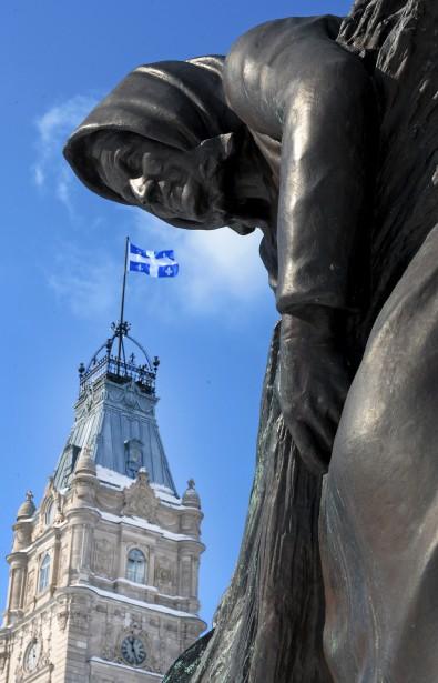 Pour illustrer le thème de l'austérité, un mot très à la mode, notre photographe Erick Labbé s'est servi d'une sculpture de bronze de l'artiste Paul Chevré, qui trône près de l'Assemblée nationale. «J'ai trouvé que l'image de cette femme, qui plie l'échine devant la tour de l'Assemblée nationale, illustrait bien l'austérité.»Données techniques : Nikon D4. Focale 24-70mm. ISO 800. Ouverture f22. Vitesse 1/250 | 23 février 2015