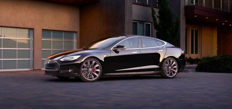<strong>Tesla Model S P85D </strong>—La plus récente version de la maintenant célèbre Model S de Tesla compte sur la traction intégrale. Ce qui en résulte à des accélérations foudroyantes, comme en témoigne le vidéo suivant lorsque le conducteur appuie sur le bouton Insane : <strong>goo.gl/SjVAhj</strong> (Photo fournie par Tesla Motors)