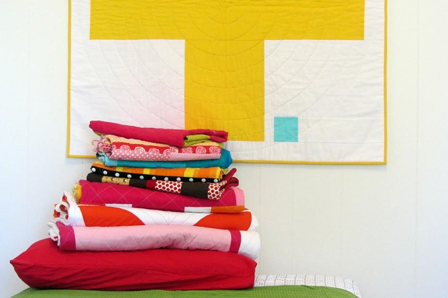 La courtepointière Cinzia Allocca utilise des tissus de couleur unie et improvise ses patrons. (Photo fournie par Deux petites souris)