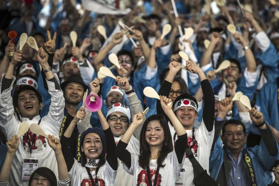 Les partisans japonais manifestent avec exhubérance leur appui à leur équipe. (PHOTO JEAN-PHILIPPE KSIAZEK, AFP)