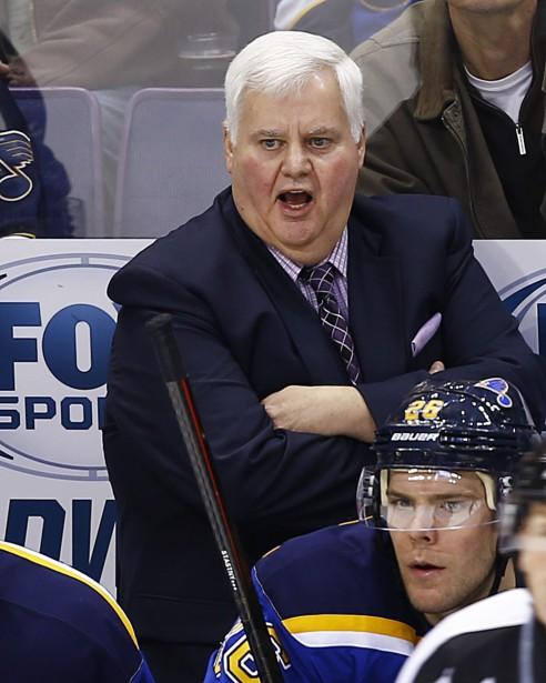 L'entraîneur-chef des Blues Ken Hitchcock lançait des instructions à ses jouers en fin de match. (AP)