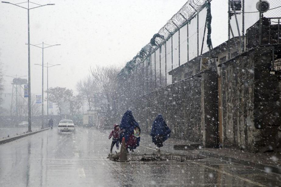 À Kaboul, où quelques chutes de neige ont... (PHOTO MASSOUD HOSSAINI, ASSOCIATED PRESS)