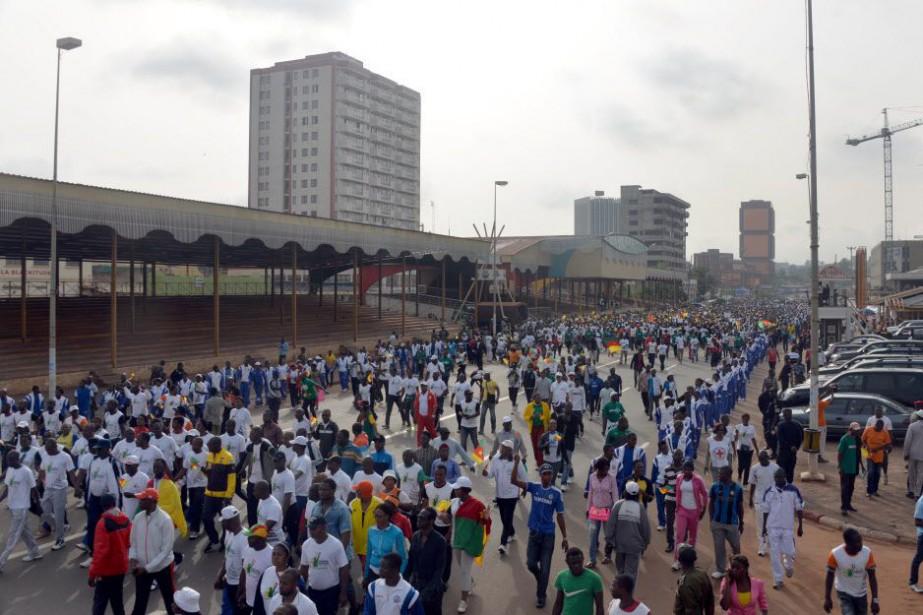 Entre 10 000 et 15 000 personnes, dont... (Photo REINNIER KAZE, AFP)
