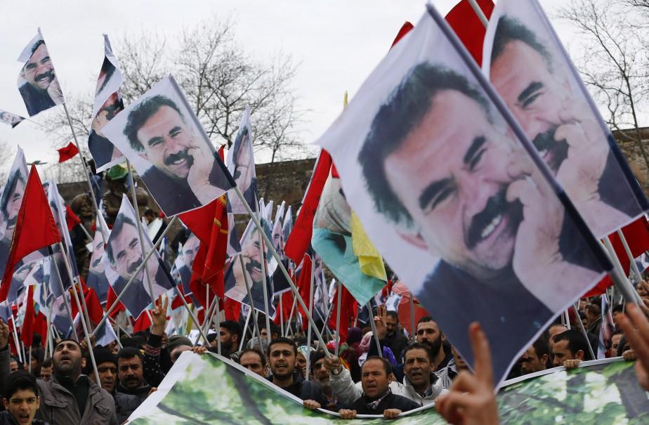 Des manifestants brandissent des photos d'Abdullah Öcalan lors...