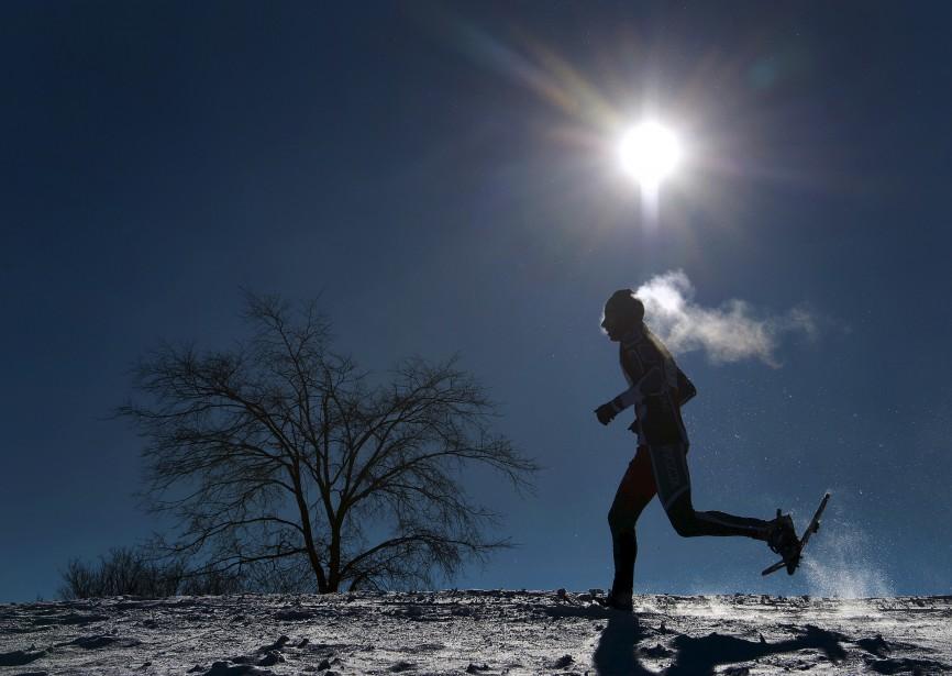 Yan Doublet a cherché à mettre en valeur un valeureux raquetteur en pleine action, lors d'une compétition tenue sur les plaines d'Abraham, le 31 janvier. «J'ai tenté de faire ressortir le coureur le mieux possible, en jouant avec le contre-jour créé par le soleil et l'ambiance de grand froid de cette journée», explique notre photographe. Données techniques : Nikon D4. Focale 56mm. ISO 100. Ouverture f8. Vitesse 1/5000. | 1 mars 2015