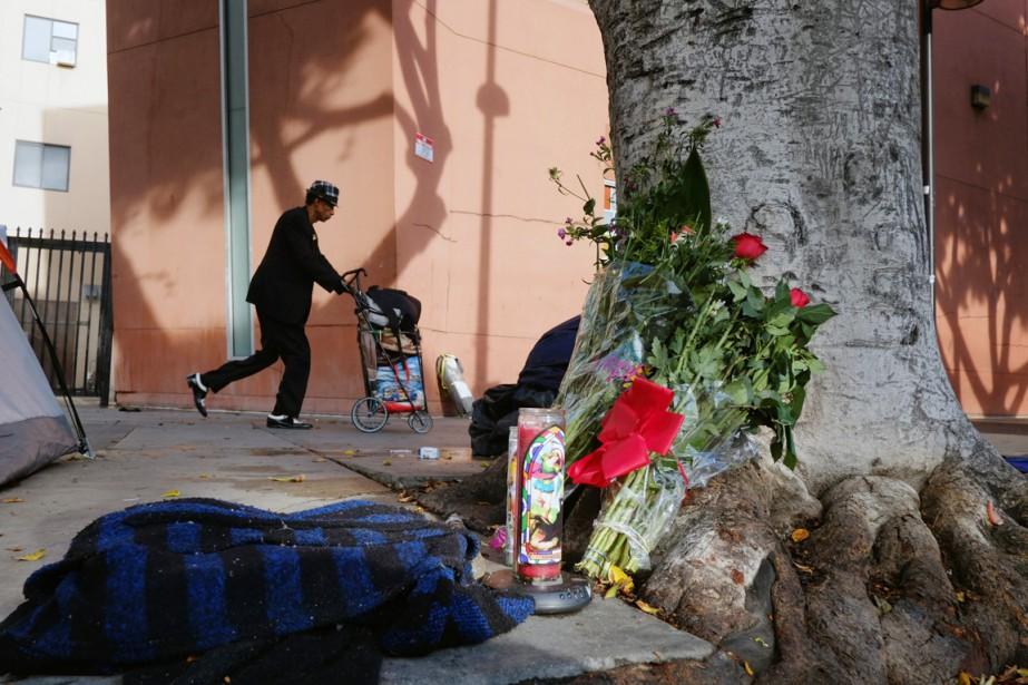 Des fleurs et des chandelles ont été déposées... (PHOTO RICHARD VOGEL, AP)