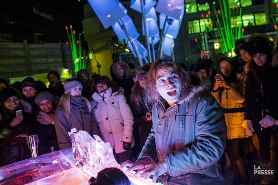 Un festivalier s'amuse sur un piano de glace... (PHOTO EDOUARD PLANTE-FRECHETTE, LA PRESSE)