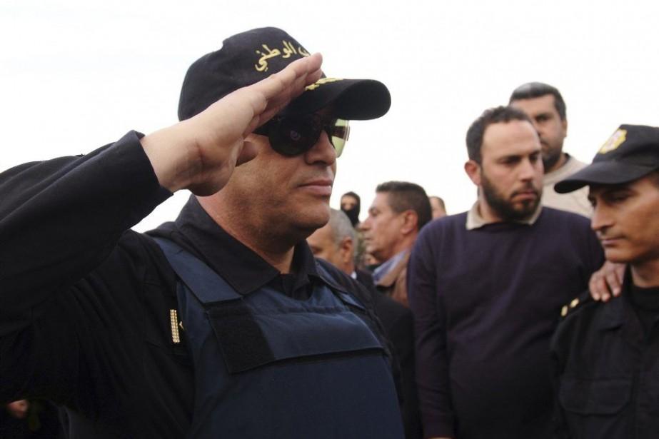 Un policier tunisien, aux funérailles de l'un de... (Photo archives AFP)