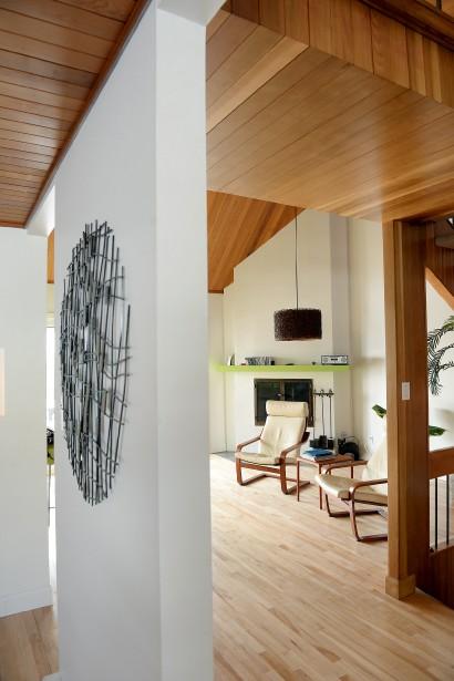 Les plafonds en cèdre de la maison construite dans les années70 ont été mis en valeur partout dans la maison. (Le Soleil, Erick Labbé)