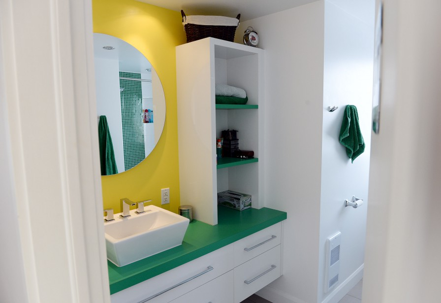 lex, la fille des propriétaires, a eu la chance de choisir les couleurs qu'elle souhaitait voir dans sa salle de bains, au troisième étage de la maison. (Le Soleil, Erick Labbé)