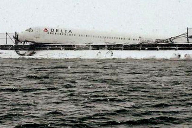 Un avion de ligne est sorti de la... (PHOTO AFP)