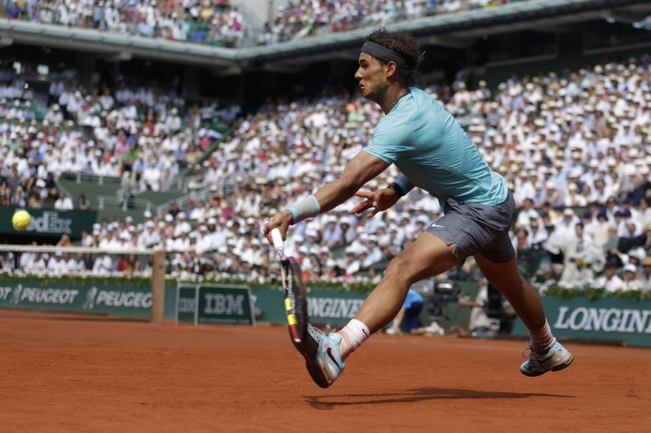Rafael Nadal retourne une balle frappée parNovak Djokovic... (PHOTO KENZO TRIBOUILLARD, ARCHIVES AFP)