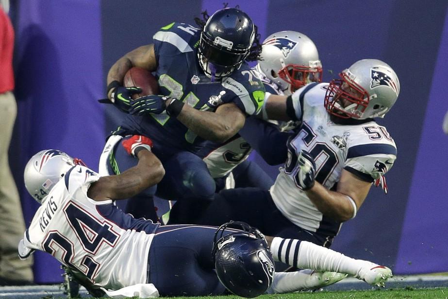 Le porteur de ballon Marshawn Lynch réussit un... (Photo d'archives, Associated Press)