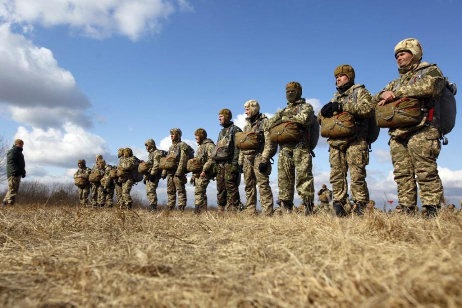 Des soldats ukrainiens attendent avant de monter à... (PHOTO VALENTYN OGIRENKO, REUTERS)