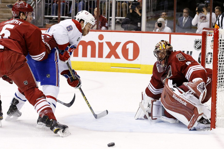Mike Smith se signale contre Brandon Prust. (Photo Ross D. Franklin, AP)