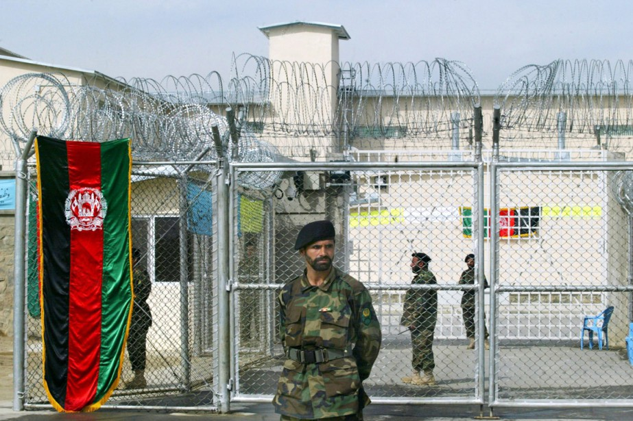 Un soldat est posté devant l'entrée de la... (PHOTO MUSADEQ SADEQ, ARCHIVES AP)