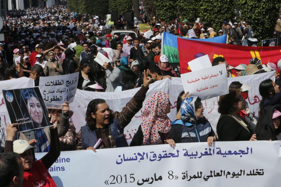 Des manifestants ont revendiqué l'application de la parité,... (Photo Abdeljalil Bounhar, AP)