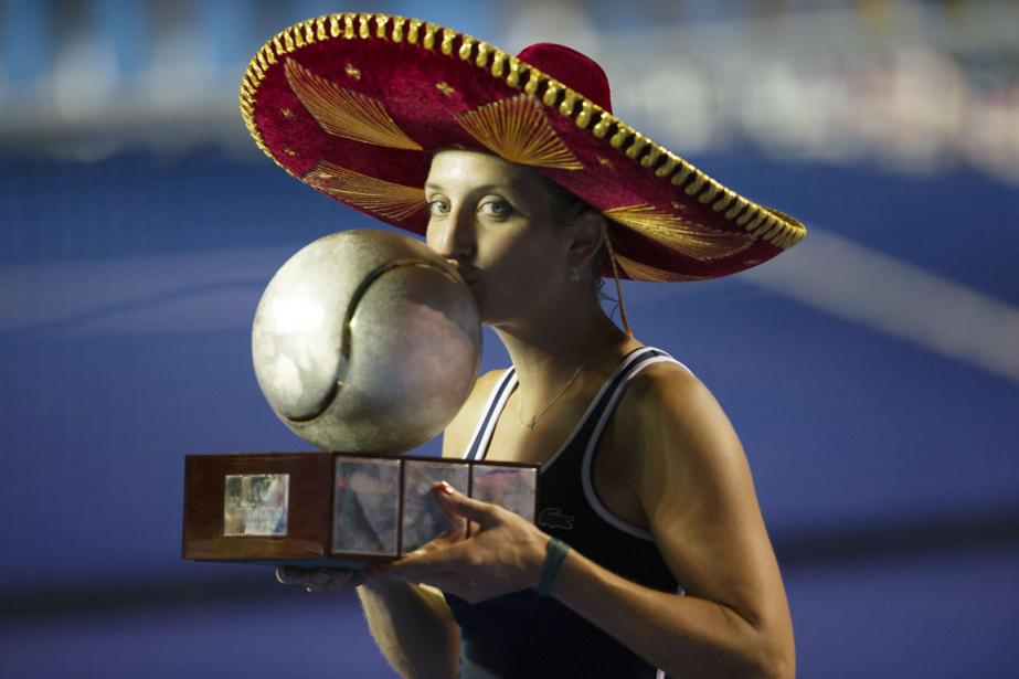 La SuissesseTimea Bacsinszky embrasse le trophée après sa... (Photo Pedro Pardo, AFP)