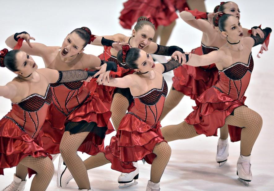 Une compétition de patinage artistique réserve parfois des surprises, comme peut en témoigner notre photographe Pascal Ratthé au Palais de la jeunesse d'ExpoCité. D'abord, avec 16 patineuses en même temps sur la glace, la performance était «impressionnante». De plus, «on ne s'attend pas à ce que ces jeunes filles gracieuses sortent les crocs», comme le font deux d'entre elles sur le cliché... Données techniques : Nikon D4, focale 300 mm, ISO 4000, ouverture f2,8, vitesse 1/800 | 9 mars 2015