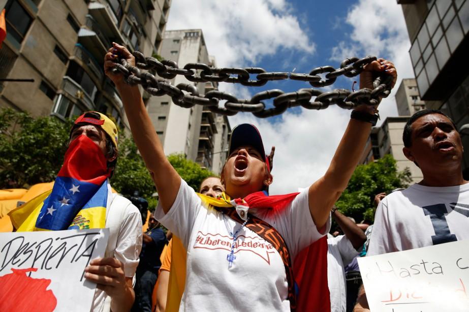 Un homme a brandi des chaînes lors d'une... (PHOTO CARLOS GARCIA RAWLINS, ARCHIVES REUTERS)