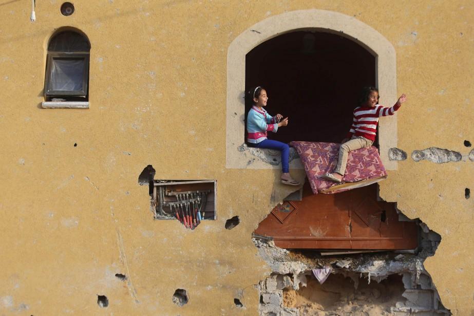 Deux fillettes palestiniennes jouent dans la maison familiale... (Photo Ibraheem Abu Mustafa, Reuters)