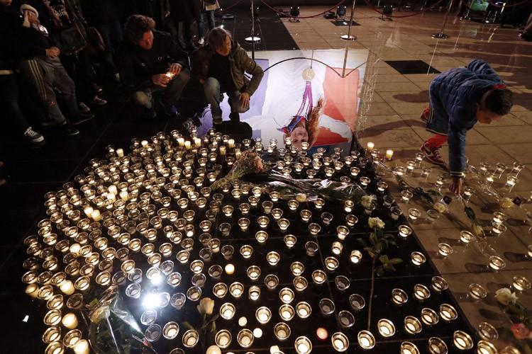 Une veillée à la chandelle a été organisé... (Photo: AFP)
