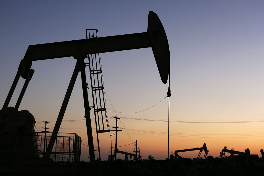 Les cours du pétrole se sont tassés mercredi à New York... (PHOTO ARCHIVES AFP)