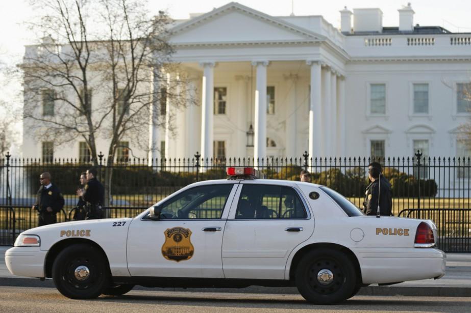 Les agents qui étaient présents devant le bâtiment... (PHOTO KEVIN LAMARQUE, REUTERS)