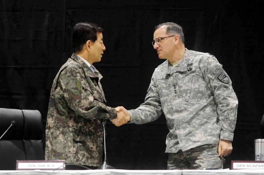 Le général américain Curtis Scaparrotti serre la main... (Photo AFP)