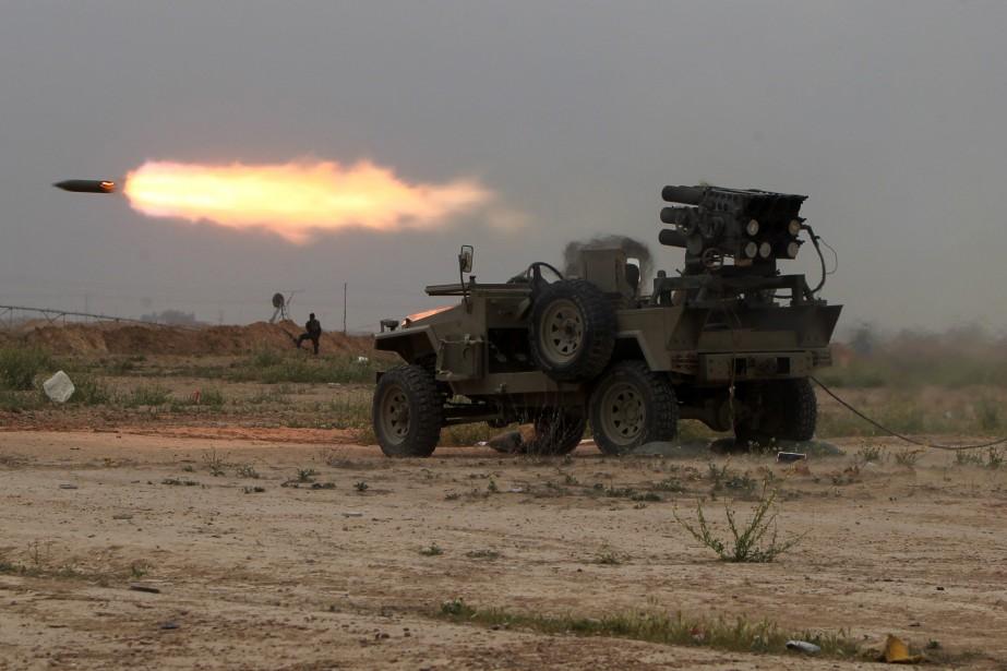 Des combattants chiites lancent des roquettes en direction... (PHOTO AHMAD AL-RUBAYE, AFP)