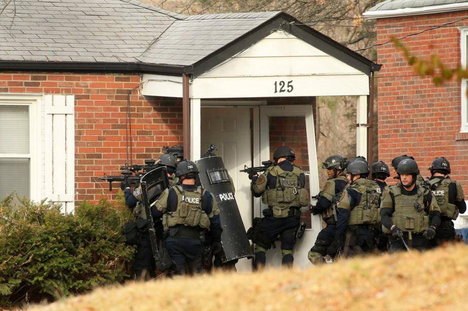 En milieu de matinée jeudi, une équipe d'élite... (PHOTO CHRISTIAN GOODEN, AP/ST. LOUIS POST-DISPATCH)