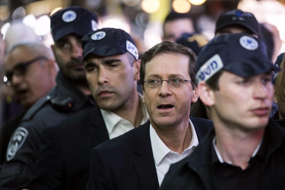 Le travailliste Isaac Herzog, escorté par des policiers... (PHOTO BAZ RATNER, REUTERS)