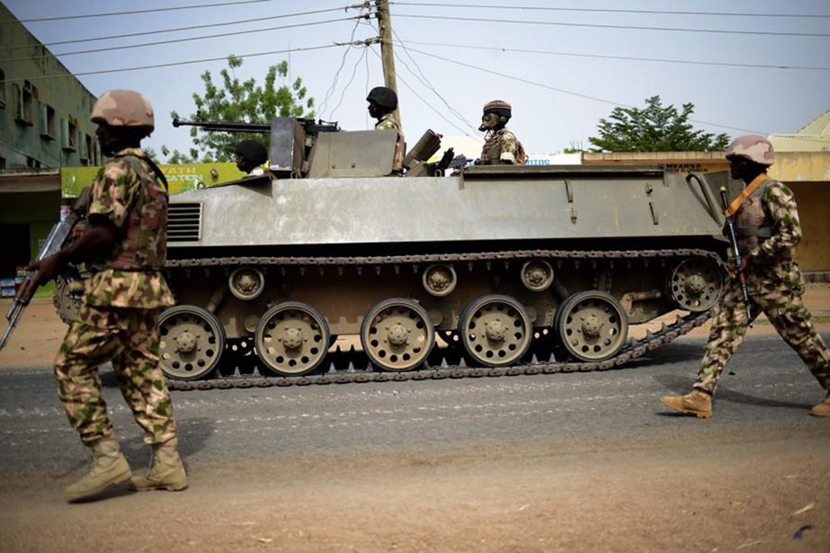 Des soldats nigérians avancent dans la ville de... (PHOTO ARCHIVES AP/STR)
