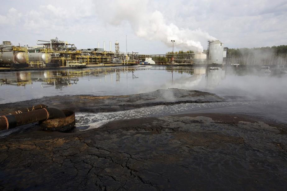 Les bassins de décantation sont utilisés pour entreposer... (PHOTO ARCHIVES REUTERS)