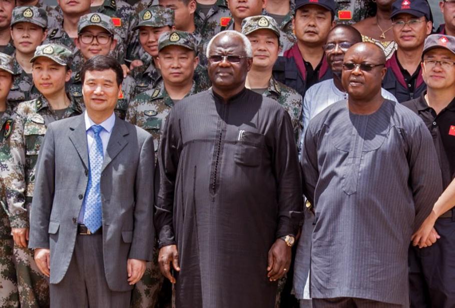 Le vice-président sierra-léonais Samuel Sam Sumana, à droite... (Photo Michael Duff, Archives AP)