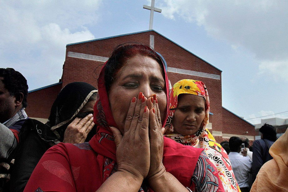 L'attentat a fait une dizaine de morts et... (PHOTO K.M. CHAUDARY, ASSOCIATED PRESS)