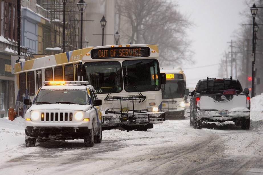 Des avertissements de tempête de neige demeuraient en... (Photo Andrew Vaughan, PC)
