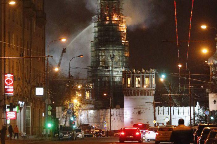 Plus de 110 pompiers et 20 véhicules ont... (PHOTO TATYANA MAKEYEVA, REUTERS)