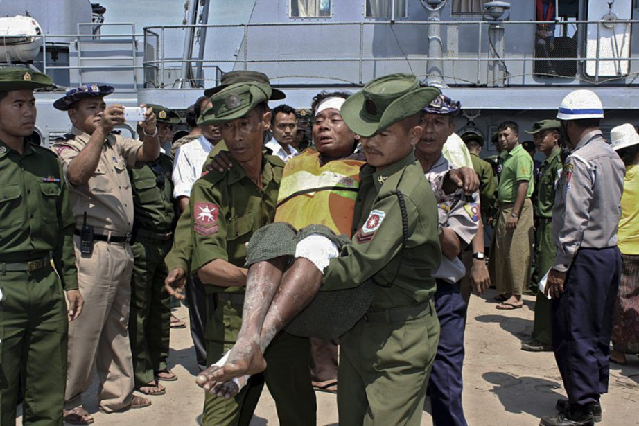 Des soldats transportent un passager blessé lors du... (PHOTO AFP/MYANMAR NEWS AGENCY)