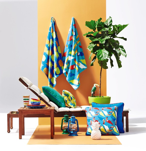 La collection de jardin Scandi au concept européen est fabriquée de bois d'eucalyptus du Brésil, certifié par le label environnemental FSC, qui garantit la gestion durable des forêts. La Baie y agence des coussins d'extérieur aux couleurs vives. (Photo fournie par La Baie d Hudson)